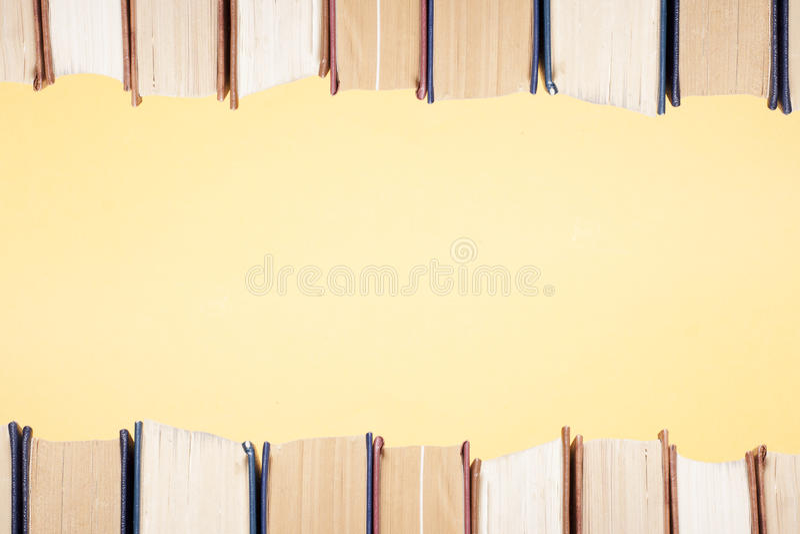 Sterta kolorowe książki na stole Edukaci tło tylna szkoły Odbitkowa przestrzeń dla teksta obraz stock