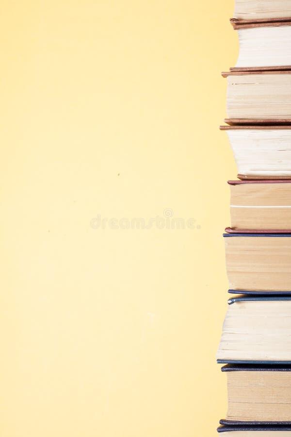 Sterta kolorowe książki na stole Edukaci tło tylna szkoły Odbitkowa przestrzeń dla teksta zdjęcia royalty free