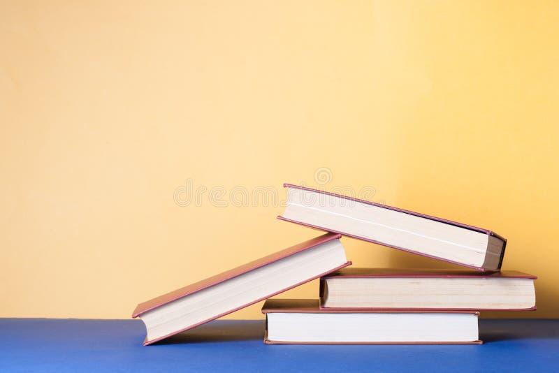 Sterta kolorowe książki na stole Edukaci tło tylna szkoły Odbitkowa przestrzeń dla teksta zdjęcie royalty free