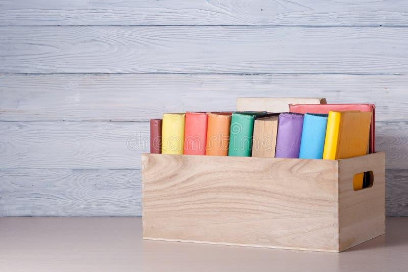 Sterta kolorowe książki na stole Edukaci tło tylna szkoły Odbitkowa przestrzeń dla teksta fotografia stock