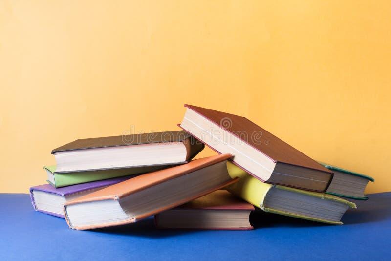 Sterta kolorowe książki na stole Edukaci tło tylna szkoły Odbitkowa przestrzeń dla teksta fotografia royalty free