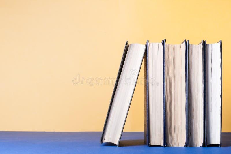 Sterta kolorowe książki na stole Edukaci tło tylna szkoły Odbitkowa przestrzeń dla teksta zdjęcie stock