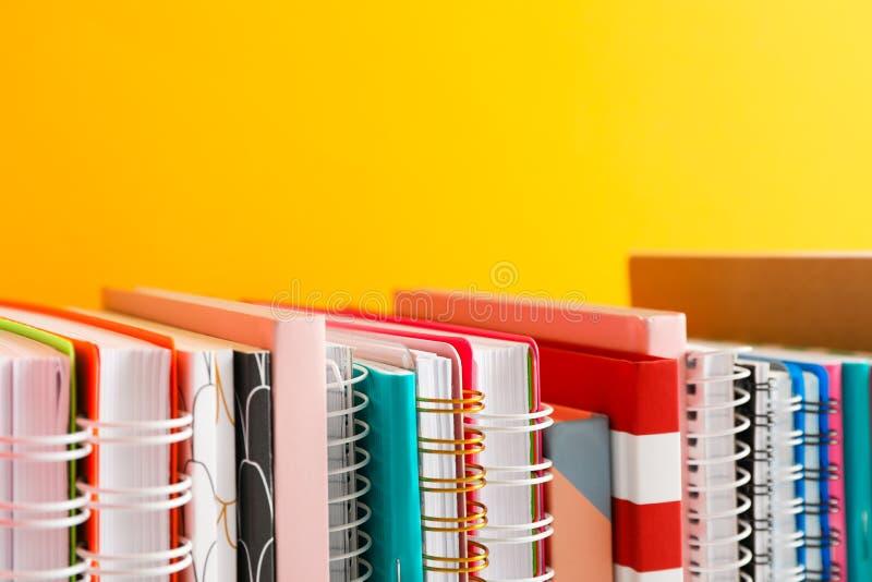 Sterta kolorowe książki przeciw tłu obraz stock