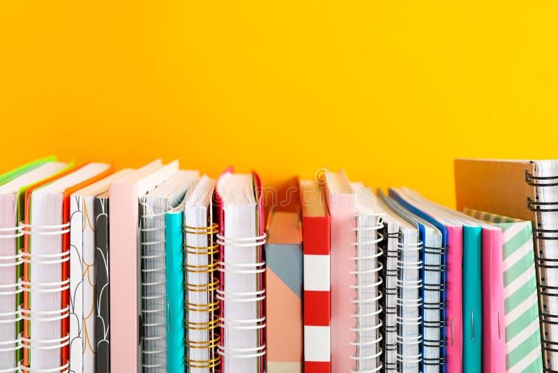 Sterta kolorowe książki przeciw tłu obraz royalty free