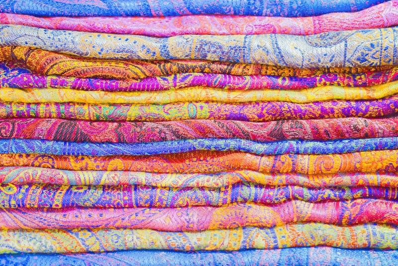Sterta kolorowe tkaniny na rynku zdjęcie royalty free