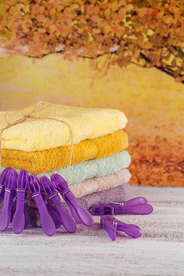 Sterta kolorowi kąpielowi ręczniki na lekkiej drewnianej desce fotografia royalty free