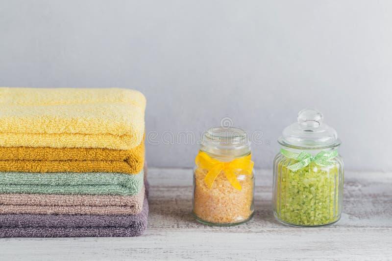 Sterta kolorowi kąpielowi ręczniki na lekkim tle zdjęcia stock