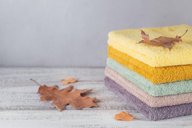 Sterta kolorowi kąpielowi ręczniki na lekkim tle zdjęcie royalty free