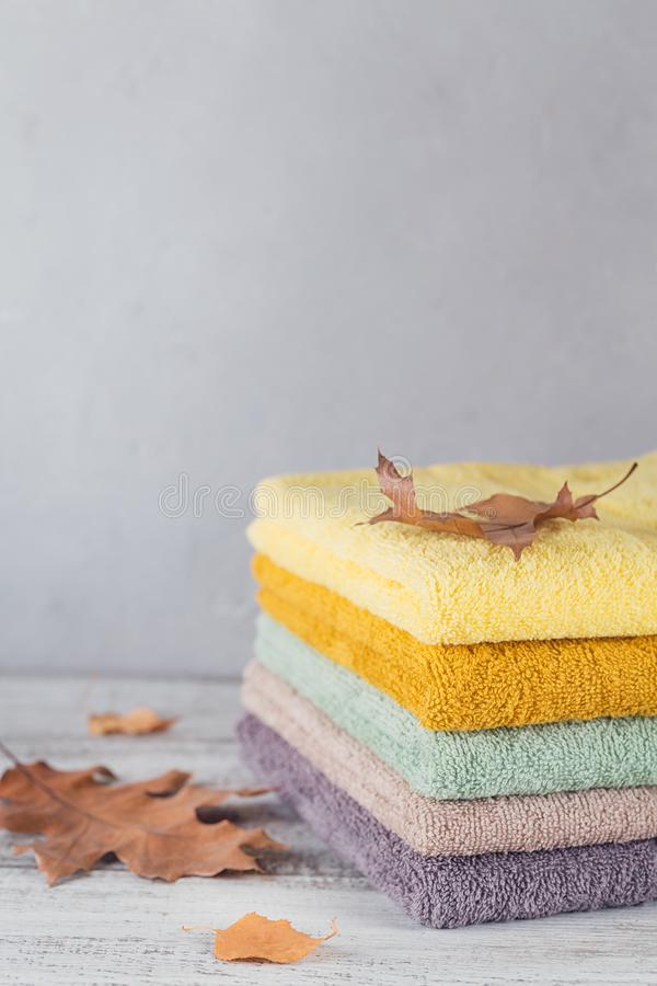 Sterta kolorowi kąpielowi ręczniki na lekkim tle zdjęcie stock