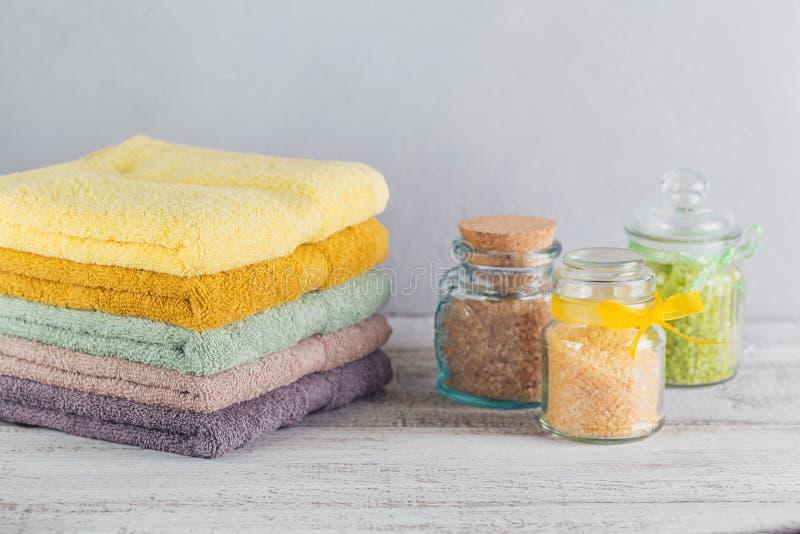 Sterta kolorowi kąpielowi ręczniki na lekkim tle fotografia stock