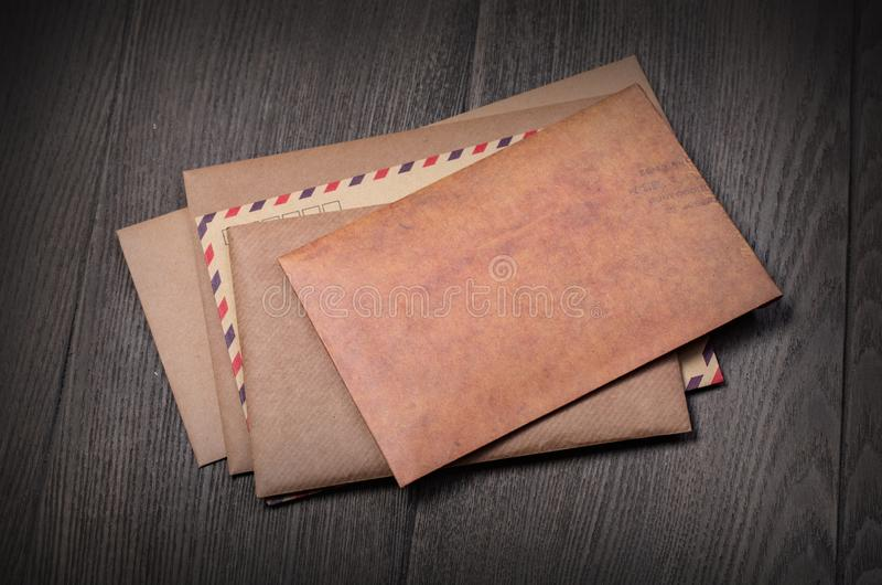 Sterta koperty na stole fotografia stock