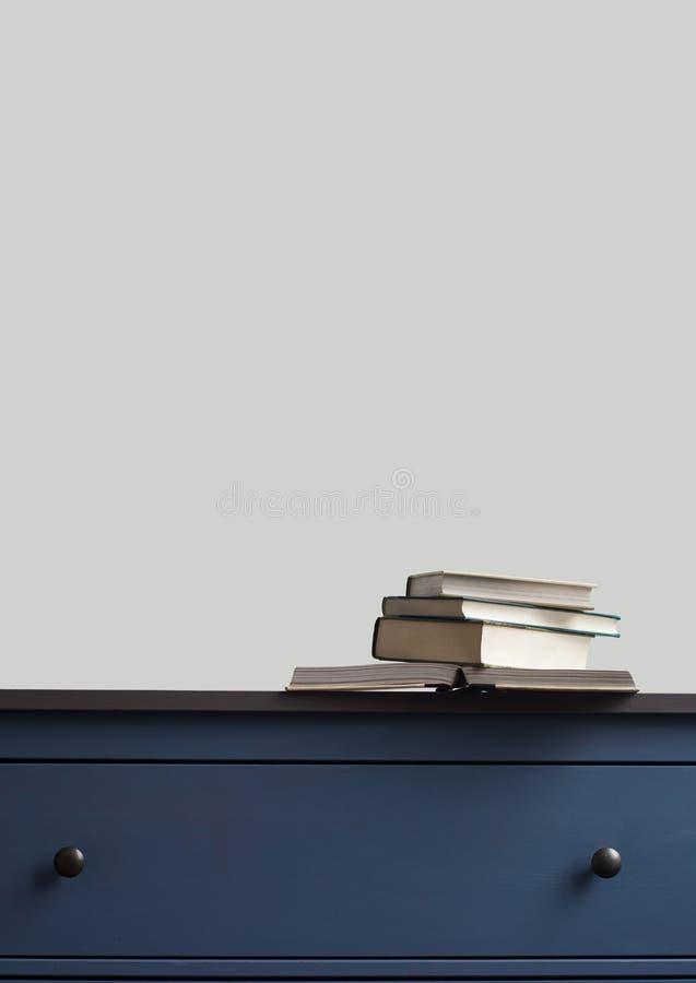 Sterta książki na błękitnej klatce piersiowej kreślarzi fotografia stock