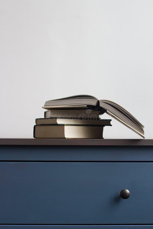 Sterta książki na błękitnej klatce piersiowej kreślarzi zdjęcie royalty free