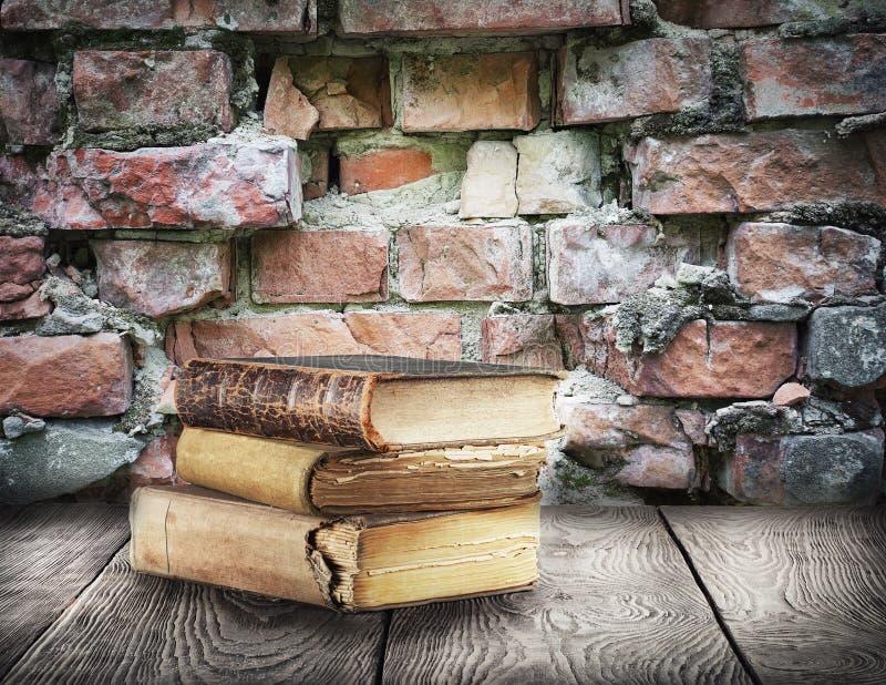 Sterta książki na drewnianym stole fotografia royalty free