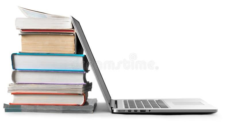 Sterta książki z laptopem na stole obrazy stock