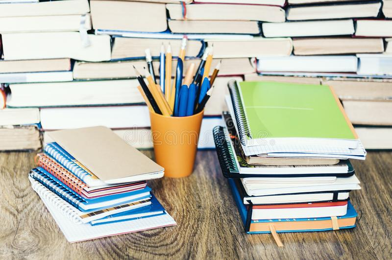 Sterta ksi??ki, notatniki i o??wki w plastikowym w?a?cicielu na drewnianym stole z kopii przestrzeni? dla teksta, obrazy royalty free