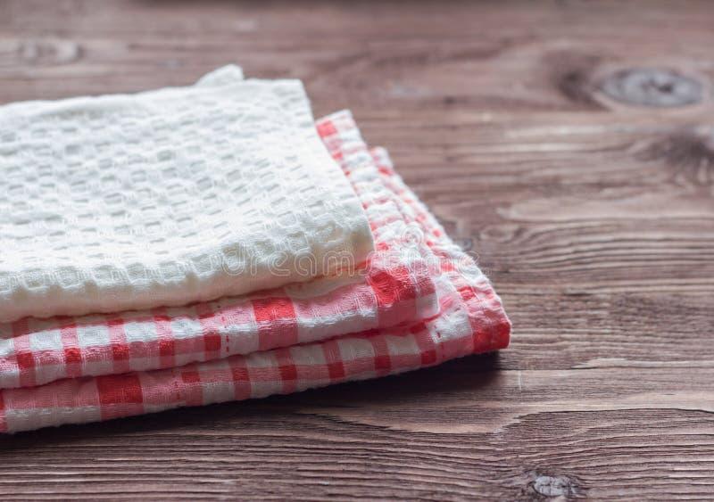 Sterta kuchenni ręczniki na drewnianym tle obraz stock