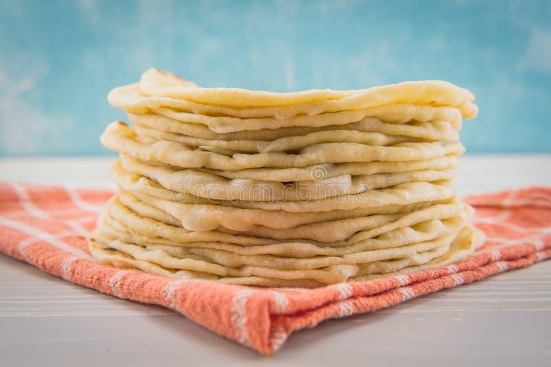 Sterta mąk Tortillas na Pomarańczowej pielusze obrazy stock