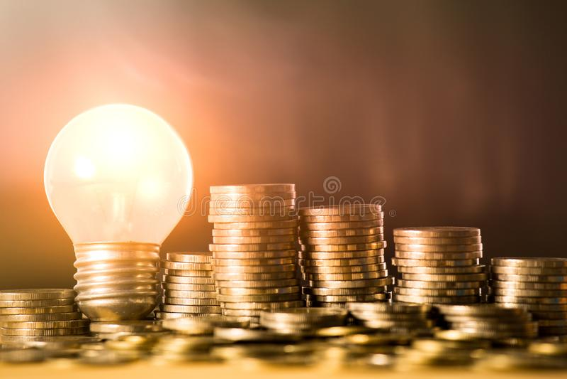 Sterta monety i żarówka dla ratować pieniądze pojęcie, Kreatywnie pomysły biznesowy planowanie, sukces w przyszłości zdjęcia stock