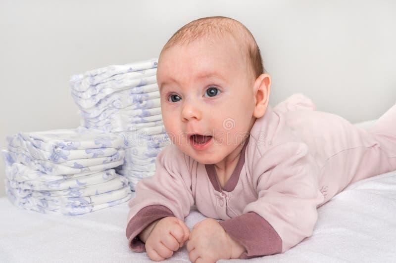Sterta pieluszki lub pieluchy z nowonarodzonym dzieckiem zdjęcia royalty free