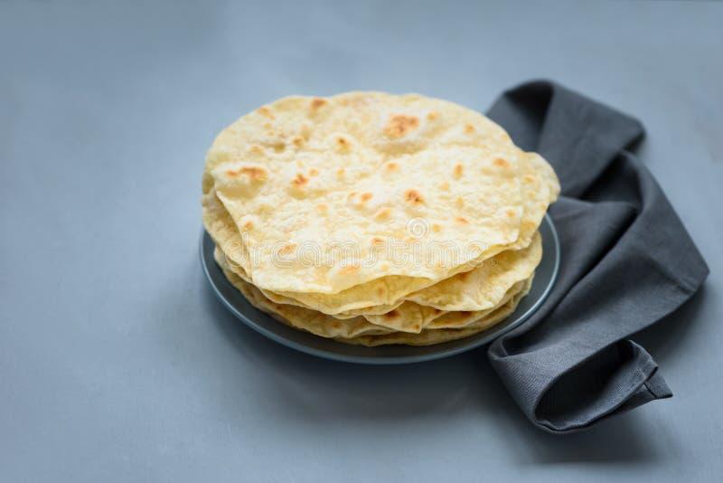 Sterta pita, Arabski chleb, flatbread na szarym drewnianym tle mi?kkie ogniska, Tradycyjny arabski jedzenie zdjęcie royalty free