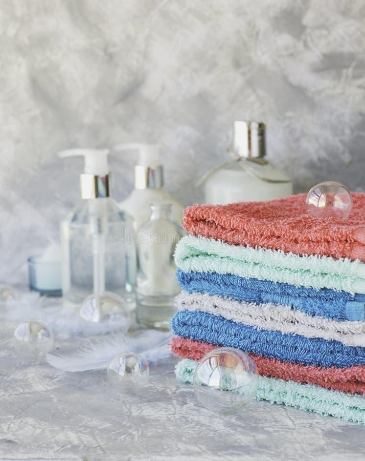 Sterta ręczniki dla łazienek butelek na białym marmurowym tle, przestrzeń dla teksta, selekcyjna ostrość zdjęcia stock