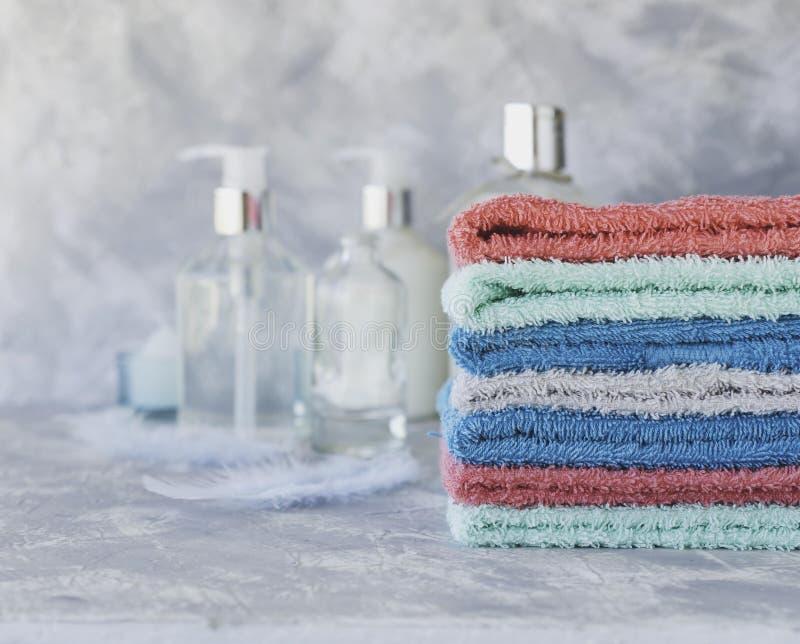 Sterta ręczniki dla łazienek butelek na białym marmurowym tle, przestrzeń dla teksta, selekcyjna ostrość obrazy stock