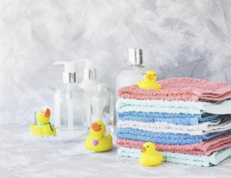 Sterta ręczniki z żółtym gumy skąpaniem nurkuje na bielu marmuru tle, przestrzeń dla teksta, selekcyjna ostrość zdjęcie royalty free