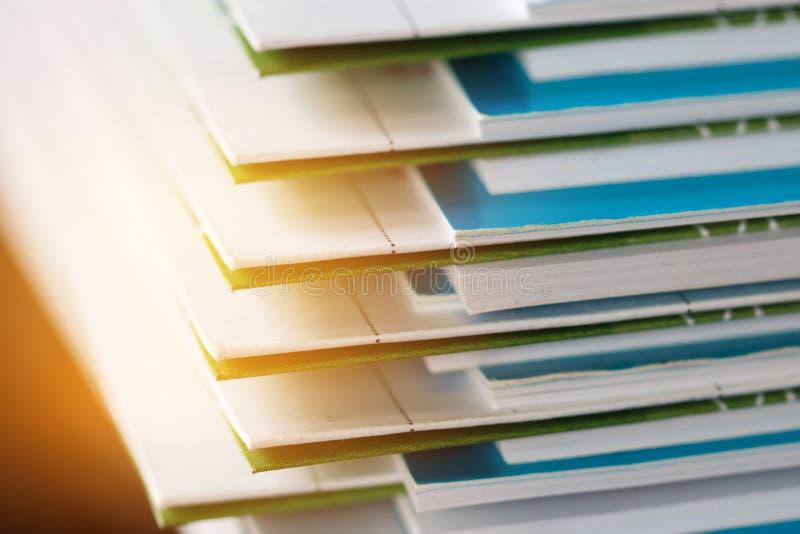 Sterta raportowi papierowi dokumenty dla biznesowego biurka, Biznesowi papiery dla sprawozdanie roczne kartotek, dokument napisze zdjęcia stock