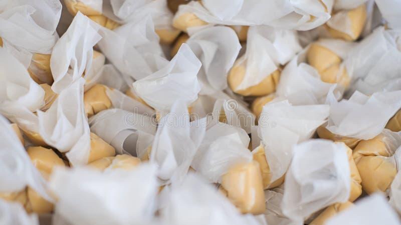 Sterta słonej wody taffy zawijający w nawoskującym papierze w cukierku sklepie w San Fransisco, wyśmienicie i chewy, Kalifornia zdjęcie stock