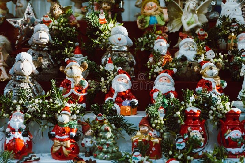 Sterta Santa Claus kukły i posążki gdy boże narodzenie dekoracje w zimy tradycyjnym hadmade wprowadzać na rynek zdjęcia royalty free