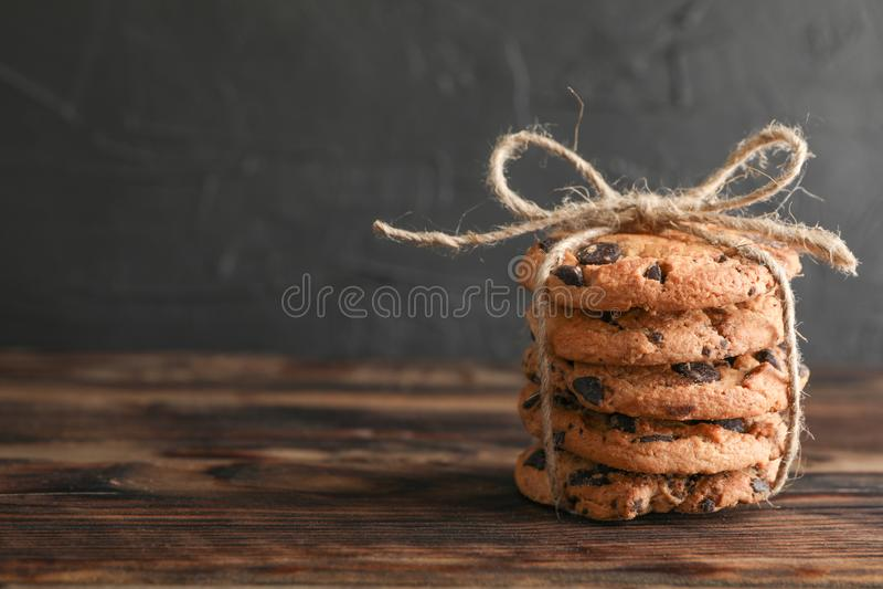 Sterta smakowici czekoladowego układu scalonego ciastka na drewnianym stole zdjęcia royalty free