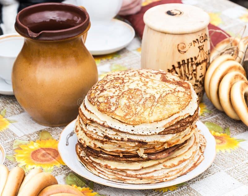 Sterta smakowici smażący bliny i ceramiczny tableware zdjęcia royalty free