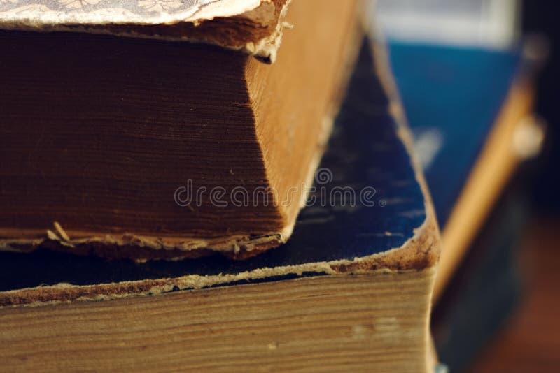 Sterta stare książki z poszarpanymi pokrywami obrazy stock