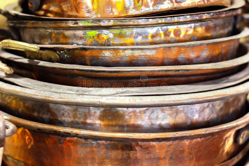 Sterta starzy miedziani puchary, szpotawy i postrz?piony obrazy royalty free