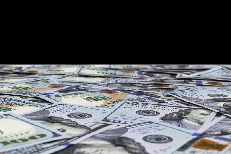 Sterta sto dolarowych rachunków odizolowywających na czarnym tle Sterta gotówkowy pieniądze w sto dolarowych banknotach Rozsypisk zdjęcia stock