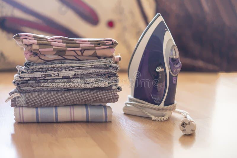 Sterta tekstylne łóżkowych prześcieradeł koc z żelazem na wierzchołku f obrazy stock