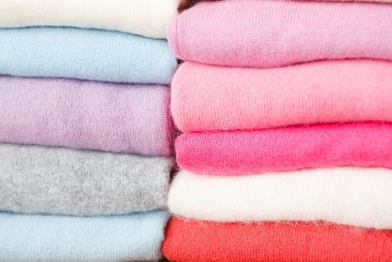 Sterta trykotowi pulowery różni kolory kłama obraz stock