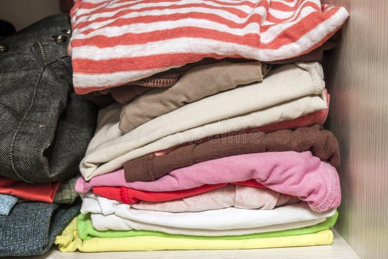 Sterta trykotowy ciepły woolen odziewa w garderoby zakończeniu up fotografia stock