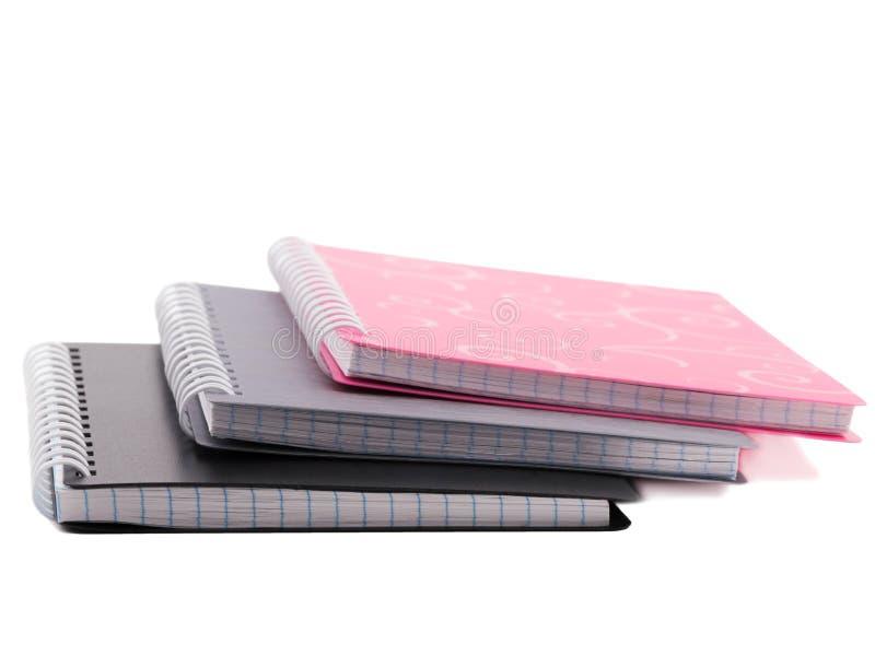 Sterta trzy notepads z ślimakowatą oprawą prześcieradła pojedynczy białe tło zdjęcie royalty free