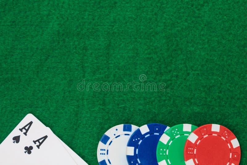 Sterta układu scalonego grzebak i dwa as na stole na zieleni bajowej kosmos kopii fotografia stock