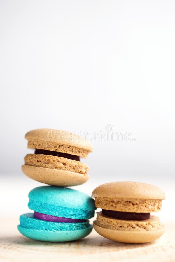 Sterta Wibrujący colorfull macarons na białym drewnianym stole fotografia stock