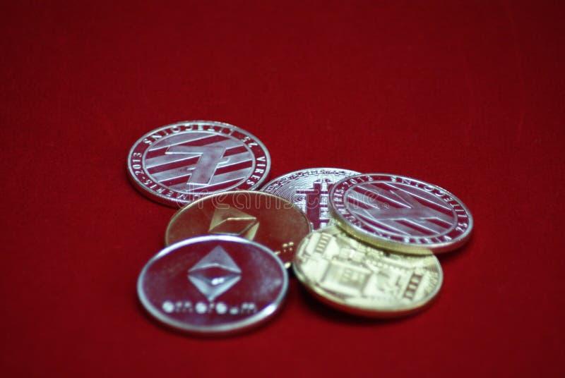 Sterta złota i srebra cryptocurrency monety na czerwonym aksamitnym tle fotografia stock