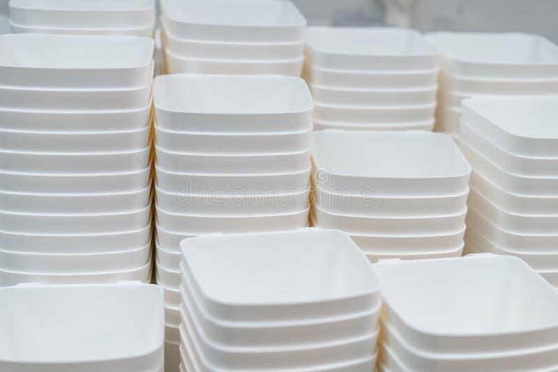 Sterty biali talerze są mnóstwo naczyniami obraz stock