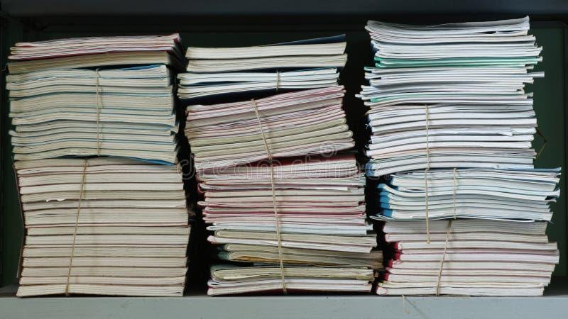 Sterty dokumenty na półce zdjęcie stock