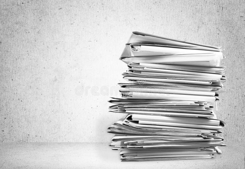 Sterty kartoteki falcówki z dokumentami obraz stock