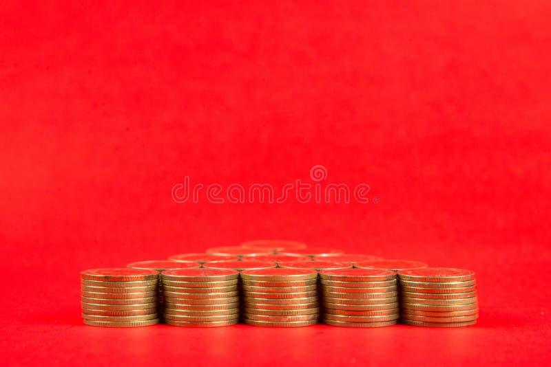 Sterty monety układać jako choinka kształt na r lub strzała obrazy stock