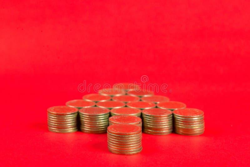Sterty monety układać jako choinka kształt na r lub strzała obrazy royalty free