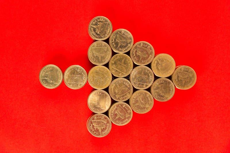 Sterty monety układać jako choinka kształt na r lub strzała fotografia royalty free