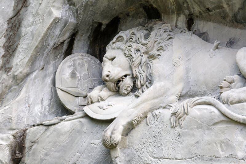 Stervende die Leeuw in Rots wordt gesneden royalty-vrije stock afbeelding